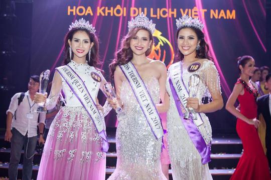 Nguyễn Thị Thành (bìa phải) đăng quang ngôi Á khôi 1 cuộc thi Hoa khôi Du lich sinh thái 2017