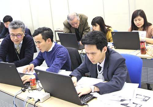 Các kỹ sư Việt Nam học về lập trình tại Nhật Bản Ảnh: NIKKEI