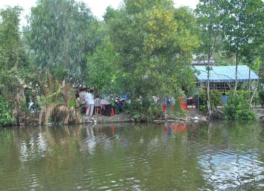 Người dân đến chia buồn với gia đình cháu Kiều tại ấp 7, xã Tân Lộc, huyện Thới Bình, Cà Mau - Ảnh: Duy Nhân