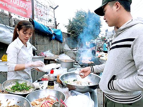 Chị Nguyễn Thị Nhung đang bán thức ăn sáng cho công nhân