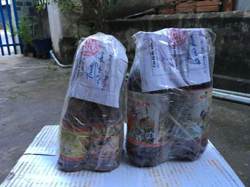 Mẫu nước mắm cá cơm và mắm tôm bị cho là nhiễm asen được lưu giữ tại cơ sở ông Trung