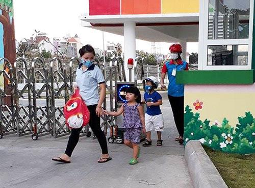 Nữ công nhân đón con tại trường mầm non do Công ty Taekwang Vina xây dựng