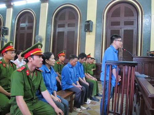 Cựu giám đốc AgriBank Bến Thành ra tòa - Ảnh 1.