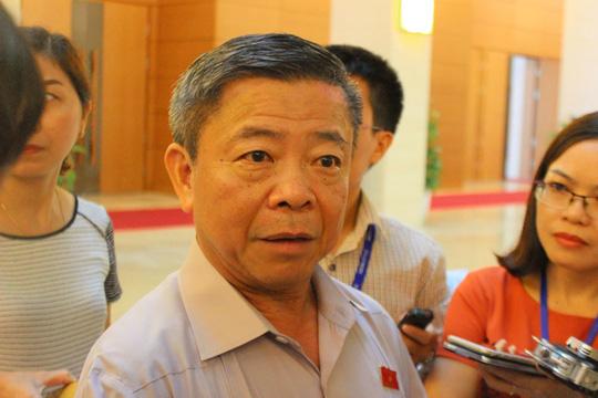 Ông Võ Kim Cự trong một lần trả lời báo chí về việc cho Formosa thuê đất bên ngoài hành lang Quốc hội - Ảnh: TIẾN HƯNG