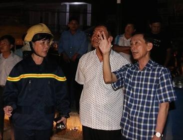 Chủ tịch UBND TP Cần Thơ Võ Thành Thống (bìa phải) có mặt tại hiện trường để chỉ đạo công tác chữa cháy