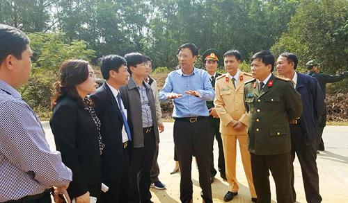 Bí thư Tỉnh ủy Quảng Ninh Nguyễn Văn Đọc (áo xanh, giữa) cùng đại diện chính quyền và cơ quan chức năng trực tiếp tới hiện trường chỉ đạo khắc phục hậu quả vụ tai nạn thảm khốc - Ảnh: QNO