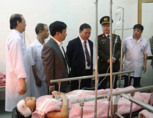 Ông Nguyễn Xuân Đông, Chủ tịch UBND tỉnh Hà Nam (thứ 3 từ phải qua) tới Bệnh viện Đa khoa tỉnh Hà Nam để để thăm hỏi, động viên các nạn nhân và người nhà - Ảnh: TTXVN