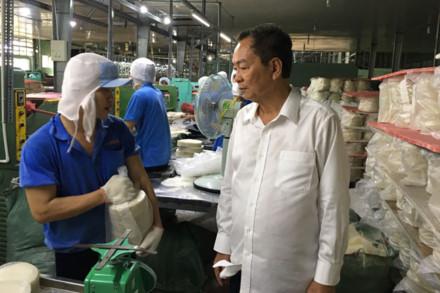 Ông Phạm Văn Tứ (áo trắng) và công nhân Công ty Thuận Phong đang sản xuất bánh tráng xuất khẩu sang Mỹ. Ảnh: C.H