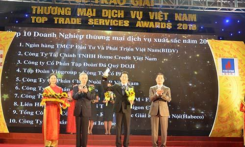 Ông Vũ Anh Tuấn (đứng giữa) Phó Tổng Giám đốc C.P. Việt Nam nhận giải thưởng doanh nghiệp xuất sắc