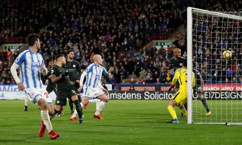 Man City thoát hiểm ở vòng đấu kỳ lạ giải Ngoại hạng - Ảnh 2.