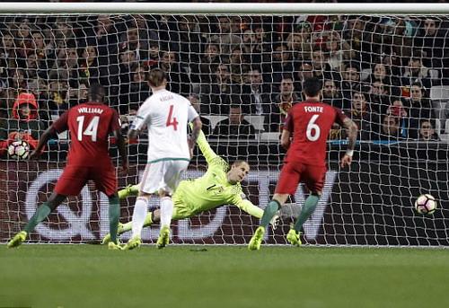 Thủ môn Peter Gulacsi bất lực trước cú sút phạt của Ronaldo