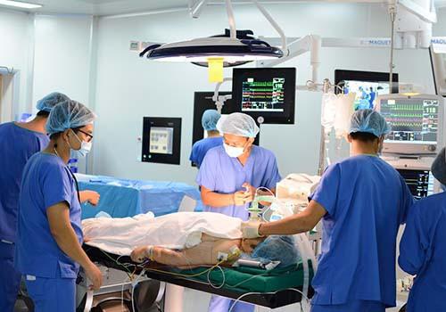 Bác Sĩ tim mạch đầu tiên của Việt Nam nhận chứng chỉ quốc tế về TAVI: Thành công đến từ ê-kíp hoàn hảo - Ảnh 2.