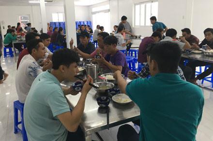 Sướng như công nhân Công ty Thuận Phong - Ảnh 1.