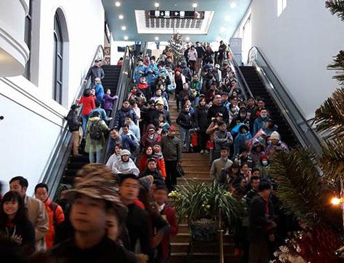 Ngày 1.1, rất nhiều du khách đổ lên Sa Pa để mua vé đi cáp treo lên Fansipan. Từ sớm ở đây đã có mưa nhưng lượng khách vẫn ngày một đông. Ảnh: Việt Dũng