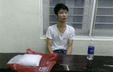 Đối tượng Hoàng Thế Mạnh tại thời điểm bị bắt quả tang vận chuyển ma túy cho Phạm Ngọc Duy cùng tang vật.