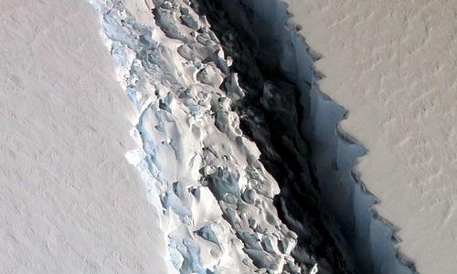 Tảng băng khổng lồ có diện tích 5.000 km2 sắp tách khỏi thềm băng Nam Cực. Ảnh: Guardian.