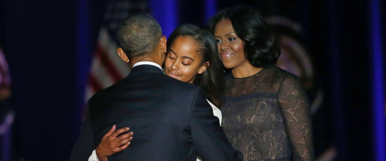 Cô con gái lớn 18 tuổi Malia ôm lấy cha sau khi ông phát biểu. Ảnh: AP