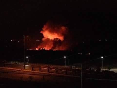 Đám cháy lớn bốc lên từ phía hiện trường vụ tấn công. Ảnh: Twitter