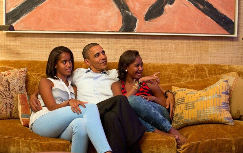 Năm 2012, ba cha con ngồi xem bà Obama phát biểu tại Đại hội toàn quốc Đảng Dân chủ qua TV. Ảnh: Nhà Trắng
