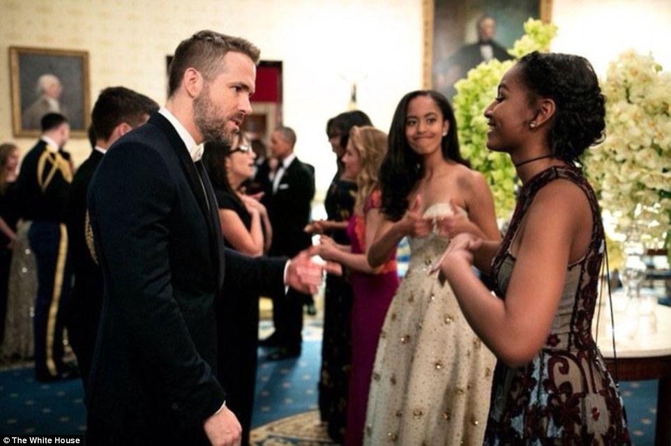 Malia ủng hộ em gái khi Sasha trò chuyện với tài tử Ryan Reynolds nhân chuyến thăm của thủ tướng Canada năm 2016. ẢNh: Nhà Trắng