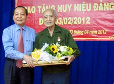 Nguyên Ủy viên Bộ Chính trị, Bí thư Thành ủy TP HCM Lê Thanh Hải trao huy hiệu 65 năm tuổi Đảng cho ông Dương Đình Thảo. Ảnh chụp tháng 4-2012. Ảnh: NLĐ