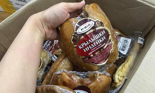 Chị Hương đóng gói mặt hàng Tết để giao cho những đồng nghiệp, bạn bè. Ảnh: PV