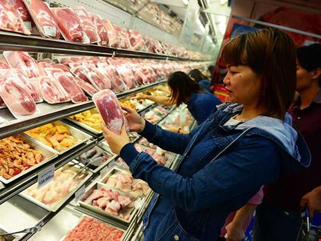 Thịt heo đang giảm giá mạnh khiến người chăn nuôi thua lỗ nặng. Trong ảnh: Người dân tìm mua thịt heo ở một siêu thị tại TP HCM. Ảnh: HOÀNG GIANG
