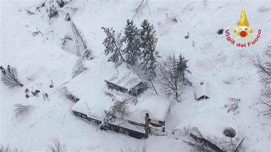Khách sạn Rigopiano bị vùi trong tuyết. Ảnh: Reuters