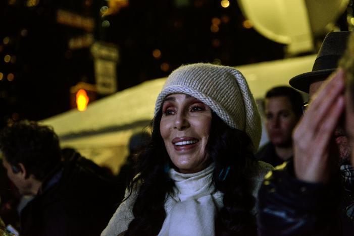 Danh ca Cher tại cuộc biểu tình ở New York đêm 19-1. Ảnh: Reuters