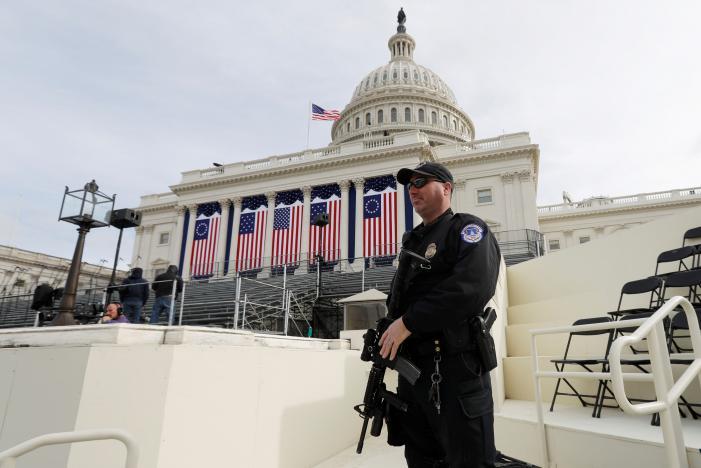 Cảnh sát gác tại trụ sở Quốc hội Mỹ... Ảnh: Reuters