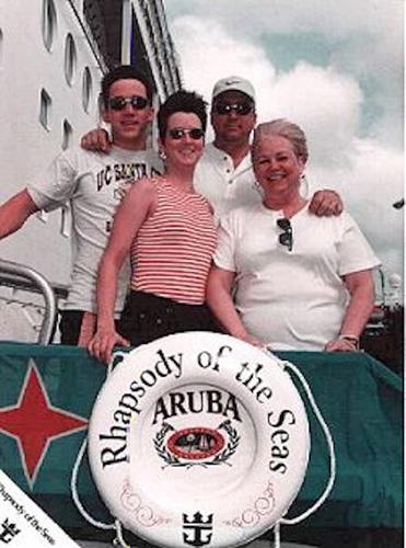 Amy cùng bố mẹ và anh trai trên chiếc du thuyền vào năm 1998. Ảnh: Mysteriousuniverse.