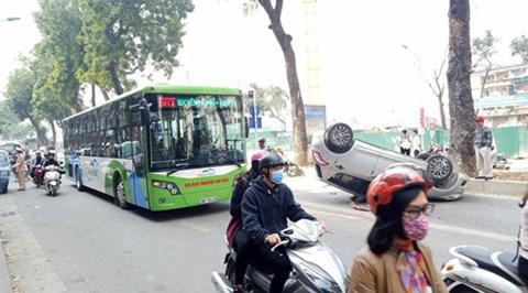 Hiện trường vụ lật xe ô tô chở 2 mẹ con lật ngửa trên làn đường dành cho buýt nhanh