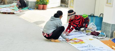 Sách bói toán, tờ tử vi đủ loại được bày bán nhan nhản trước cổng một ngôi chùa trên đường Hùng Vương, xã Hiệp Phước (huyện Nhơn Trạch).