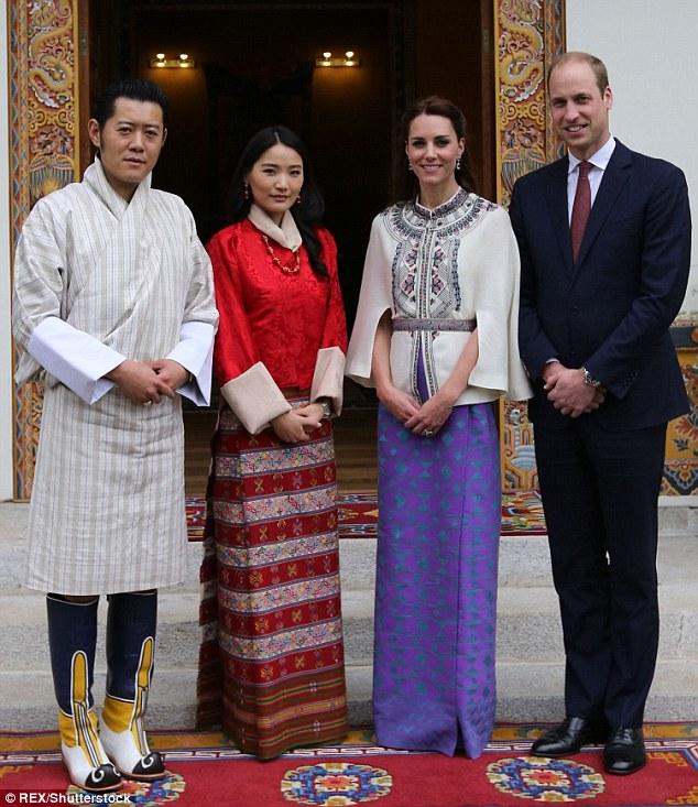 Vợ chồng vua Bhutan tiếp vợ chồng Hoàng tử Anh William vào tháng 4-2016. Ảnh: Rex