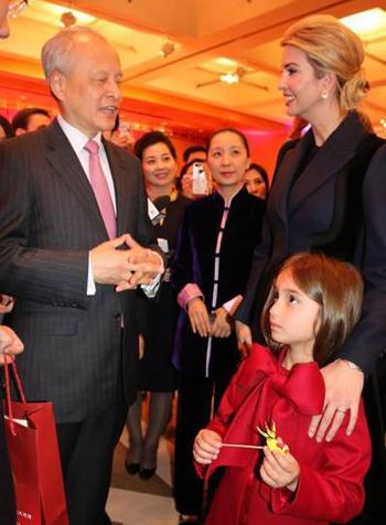 Arabella cùng mẹ chúc Tết tại Đại sứ quán Trung Quốc tại Washington. Ảnh: Sina