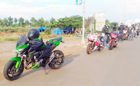 Đoàn xe mô tô phân khối lớn đang dừng nghỉ trên quốc lộ 1, đoạn thuộc ấp Lập Thành, xã Xuân Thạnh, huyện Thống Nhất. Ảnh: P.Phú