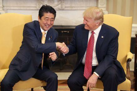 Tổng thống Mỹ Trump bắt tay Thủ tướng Abe tới 19 giây. Ảnh: Reuters