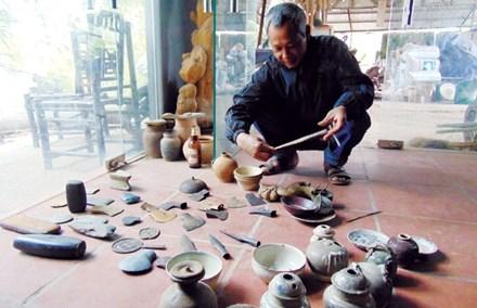 Ông Lưu Văn Kiên và một số đồ cổ do ông sưu tầm.