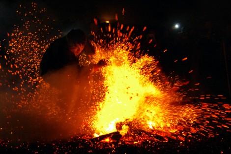 Màn chen lửa độc đáo trong lễ hội nhảy lửa ở xã Tân Bắc, huyện Quang Bình.