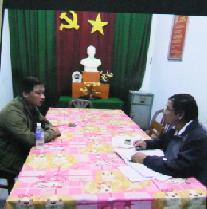Trinh sát đang lấy lời khai Huỳnh Văn Cường