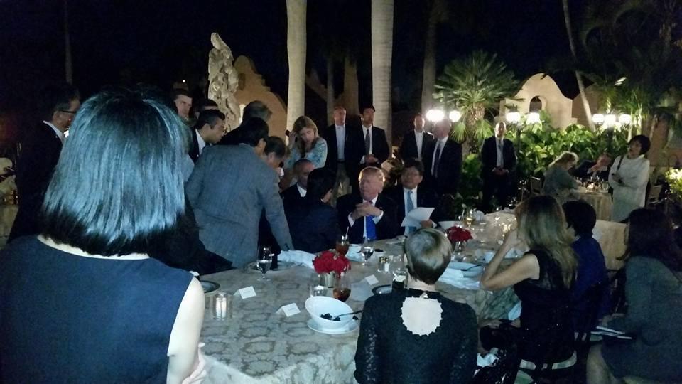 Ông Trump và ông Abe bàn luận ngay tại bàn ăn. Ảnh: Facebook