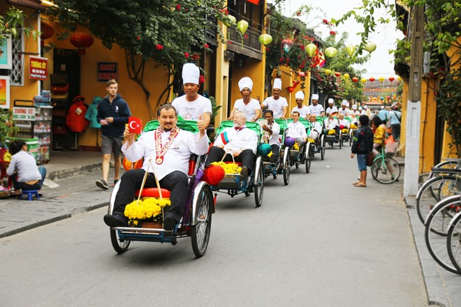 Các đầu bếp quốc tế tham quan phố cổ Hội An.