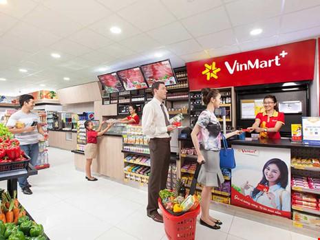 Trong nỗ lực ứng phó với nhà bán lẻ ngoại, Vingroup đã sớm phát triển gần 1.000 cửa hàng tiện ích Vinmart+. Trong ảnh: Khách đang mua sắm tại một cửa hàng tiện ích. Ảnh: TU