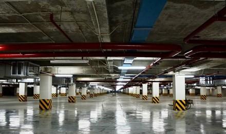 Tầng hầm chứa ô tô của một khách sạn trên đường Nguyễn Huệ trống rỗng.