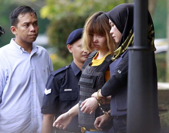 Nghi phạm Đoàn Thị Hương (thứ hai từ phải qua) ra tòa án tại Malaysia ngày 1-3 - Ảnh: AP