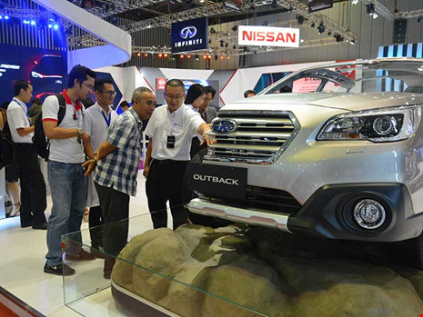 Giá ô tô năm 2018 khó rẻ như kỳ vọng của người tiêu dùng Việt Nam. Trong ảnh: Khách hàng tìm mua xe tại triển lãm. Ảnh: QUANG HUY