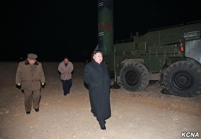 Nhà lãnh đạo Kim Jong-un có mặt ở bãi phóng hôm 6-3. Ảnh: KCNA