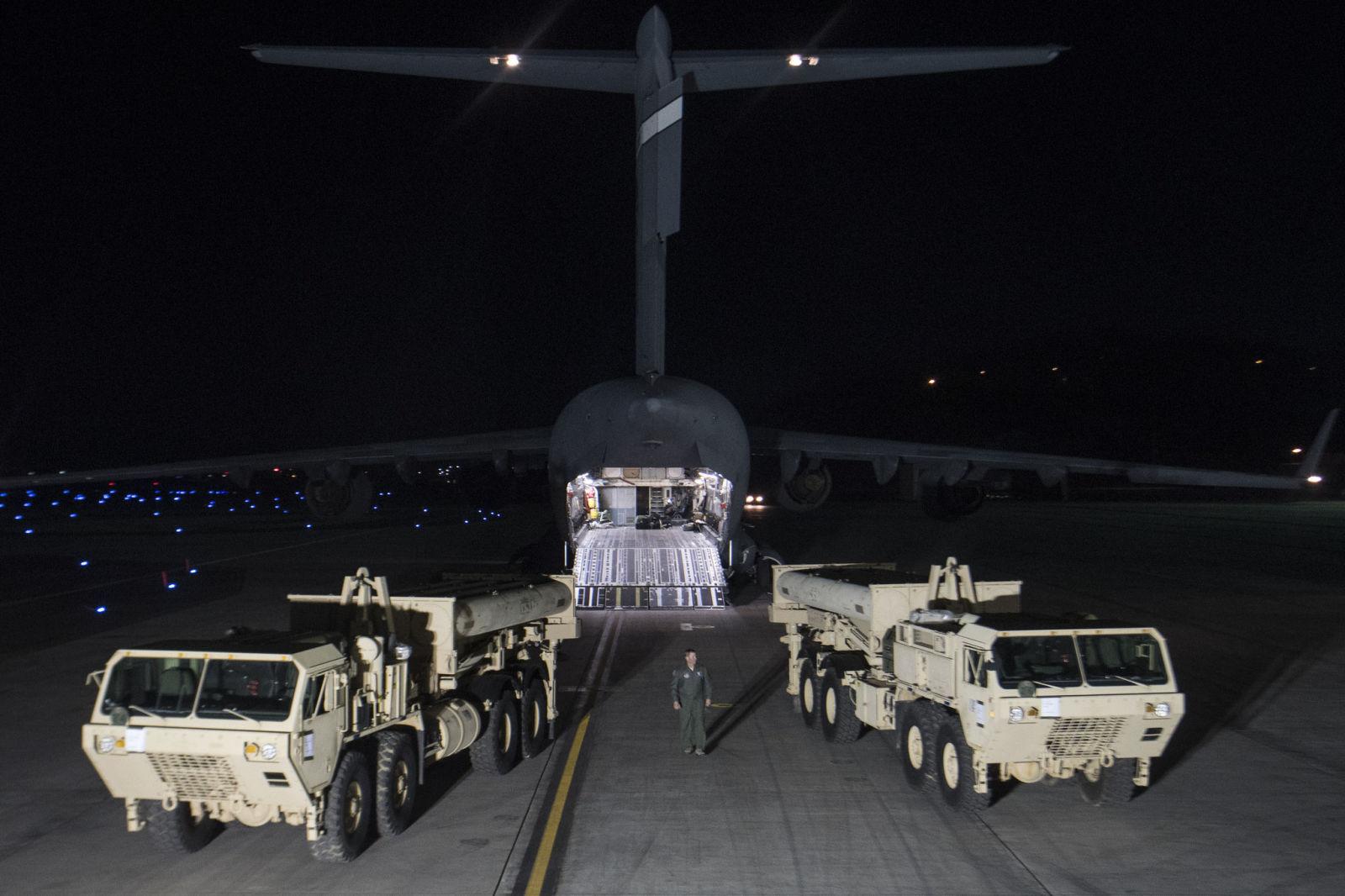 Các bộ phận đầu tiên của THAAD được chuyển đến căn cứ không quân Osan của Hàn Quốc vào đêm 6-3