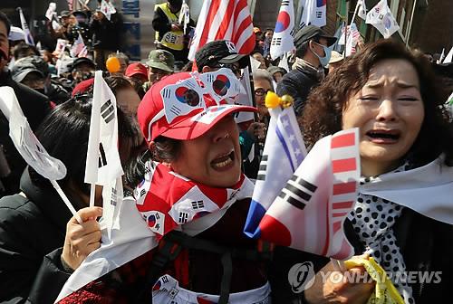 Những người biểu tình ủng hộ bà Park cũng xuống đường. Ảnh: Yonhap