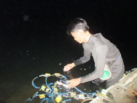 Công việc của người thợ lặn mỗi tối.